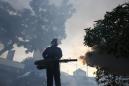 ARCHIVO - Fotografía de archivo del miércoles 14 de septiembre de 2016 muestra un trabajador del Ministerio de Salud rociando insecticida en Kuala Lumpur, Malasia, un día después de que fueron detectados en el país dos casos nuevos de infección de zika (AP Foto/Joshua Paul)