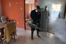 Un operario sanitario fumiga el interior de una casa para acabar con el mosquito Aedes aegypti, que transmite los virus del dengue, chikunguya y zika, en Lima, Perú, el 29 de enero de 2016. (Foto AP/Martin Mejia)