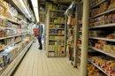 Un comprador observa las estanterías de un supermercado. EFE/Archivo